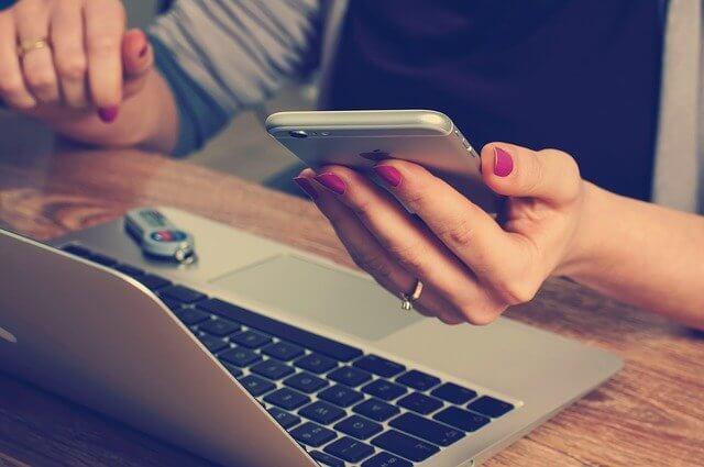 Nainen pelaa nettikasinolla
